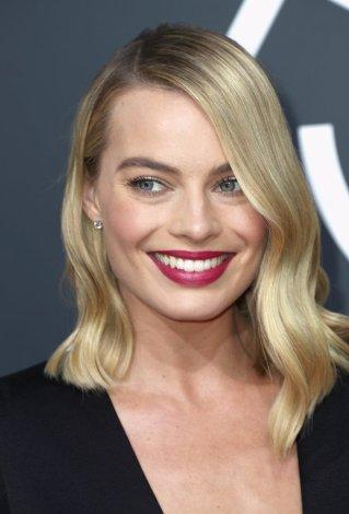 Margot-Robbie-Hair-Makeup-2018-Golden-Globes